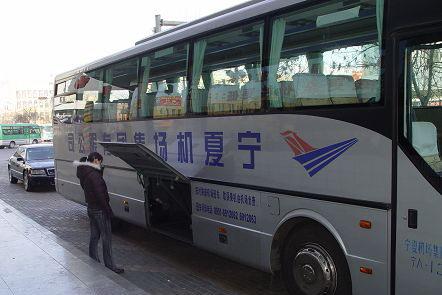 图:银川机场大巴工作人员正在检查行李