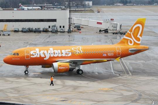 21VA号空中客车A319-112客机完成试飞后,降落在俄亥俄州哥伦布高清图片