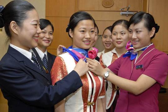 空姐脖子上的丝巾_图1:南航深圳分公司\
