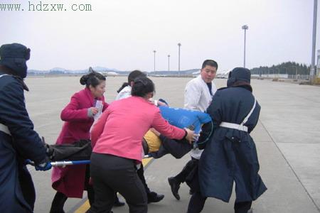 南航一架从深圳飞往青岛的客机,飞临福州上空时,一名40岁的男乘客突发