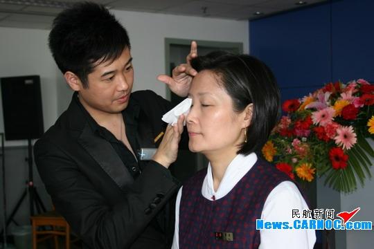 民航资源网2008年5月4日消息:图:雅诗兰戴首席彩妆师为国航客舱服务