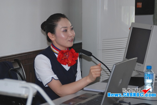 东航甘肃客舱部张爱空为铁路青年讲服务礼仪