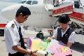 """深航""""希望航班""""捎来美国小学生给灾区的信"""