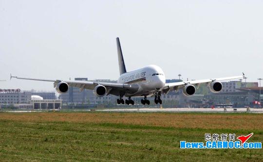 8月2日下午,新加坡航空公司空中客车A380搭载着385名乘客和25名