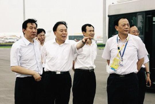 当晚8时30分,杨国庆和指挥部的相关领导们第三次到专机楼前的机坪实地