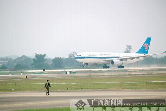 19日,试飞的南航飞机离开新跑道.詹喜才摄-新跑道试飞成功 南宁