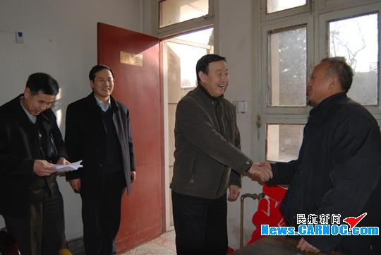 东航甘肃党委看望慰问离退休干部和困难党员