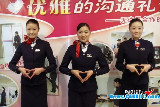 我的嘴角时时上扬,它是一张笑意盈盈的嘴;我的手指懂得跳舞说话,它是加固与人们沟通的桥梁,以一句美丽的手语对白,正式拉开了中国东方航空股份有限公司(China Eastern Airlines Corporation Limited,简称东航)客舱部世博手语小组交流活动的序幕。   为了即将在上海召开2010年世博会贡献一份力量,东航客舱部特别组成世博手语学习小组,并加入世博志愿者服务组中,目的就是为了通过在乘务员中推广简单的世博手语,向更多的特殊旅客传达东方航空作为2010年上海世博会东道主的最