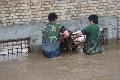 那拉提机场遭遇洪水侵袭 留守员工全力抗洪