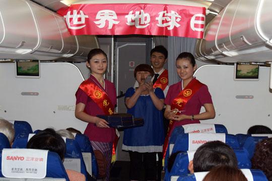 南航深圳乘务装饰绿色客舱 欢庆世界地球日