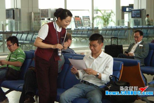 督导员_图1:服务督导员向旅客发放《地面服务满意度调查表》.