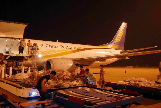 货运邮政航空免费为首都大学生运输捐赠书籍