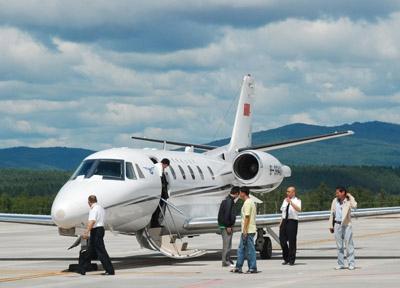 林都机场塔台控制室与飞行人员就