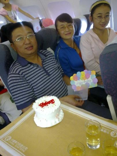 国庆幸运旅客在东航飞机上与共和国同庆生日