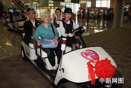 浦东机场首推电瓶车解决旅客步行长难题