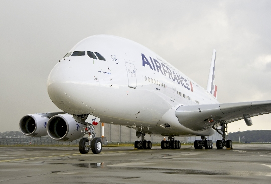 欧洲首架空中客车A380飞机交付法国航空公司