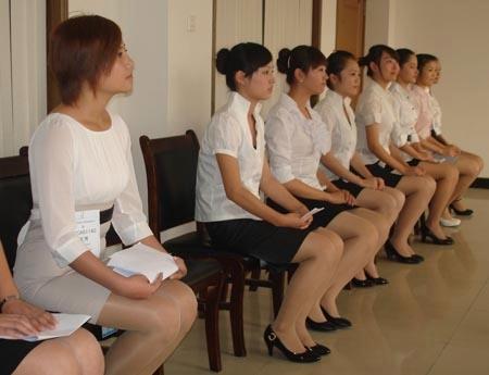图:大韩航空在中原工学院举行空姐招聘会,200多名同学参加面试