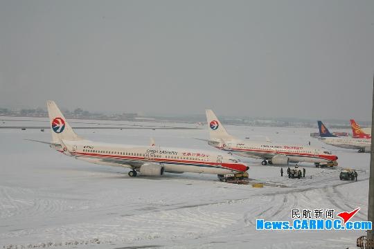 太原国际机场受冰雪影响再次关闭到上午10点
