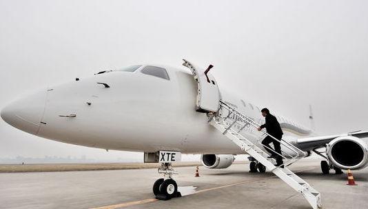 """图:2009年12月7日,巴西航空工业公司携最大型喷气公务机""""世袭1000"""""""