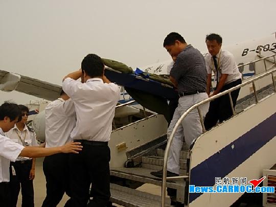 原来是有位中国籍旅客王玉彬在飞机上心脏病突发,虽然在机上经过机组