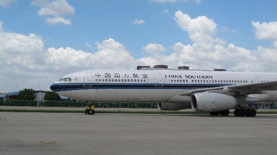 图:南航深圳分公司机务人员积极配合空中客车a330系列飞机春运执行图片