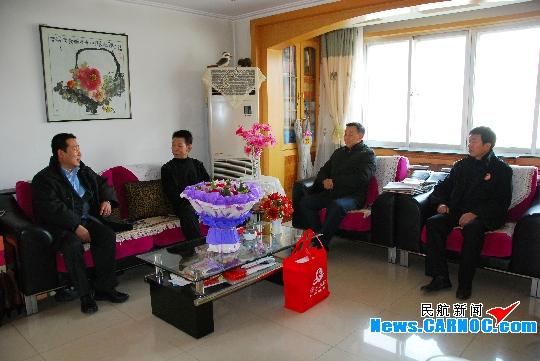 东航甘肃分公司节前慰问劳模和患病职工