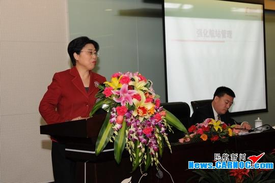 图:国航副总裁张兰在2010年航站工作会议上做重要讲话.