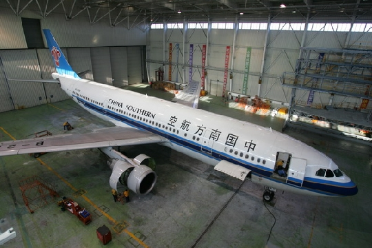 民航资源网2010年3月16日消息:为进一步提高航班正常性,加强对航班正常性责任单位的考核力度,齐抓共管,各负其责,从制度上规范航班正常性的管理工作,3月12日,中国南方航空股份有限公司(China Southern Airlines Company Limited,简称南航)机务工程部沈阳飞机维修基地建立并实施航班正常性问责制度。   问责制实行一级抓一级、层层问责原则,问责范围包括基地所有涉及保障航班正常性的相关领导和单位,问责形式有专题汇报、督导、讲评、通报批评等。问责制规定:基地及相