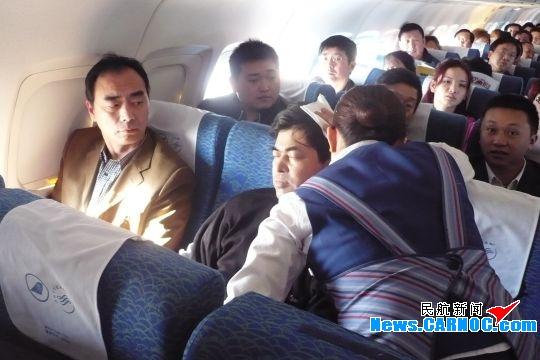 万米高空旅客突然昏厥 南航乘务组紧急救助