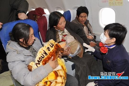 东航西北乘务组救灾飞行:小卓玛妈妈的眼泪