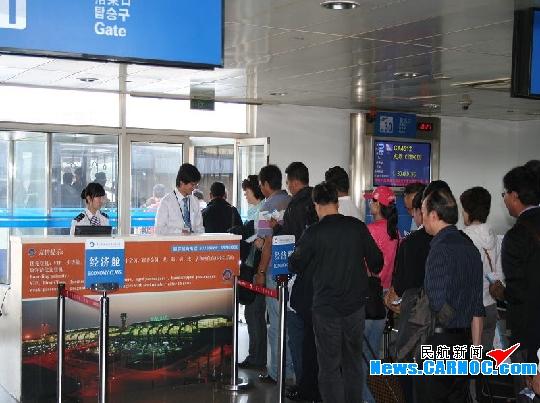民航资源网2010年5月19日消息:17日晚,因天气原因,青岛流亭国际机场(简称青岛机场)取消3个飞往大连的航班,同时接受5个备降航班,滞留旅客达700余人。面对此情况,青岛机场工作人员按照应急预案,齐心协力互相配合,仅用2个小时就将滞留旅客全部安排完毕,获得旅客的广泛称赞。   当晚22时,青岛机场在得知有备降航班后,立即安排人员提前联系宾馆、协调车辆,同时在远机位候机厅、行李转盘、值机柜台等岗位,做好接机、问询、引导、提取行李等准备工作。待航班到达宣布取消后,工作人员立刻按照部署,依次引导旅客下