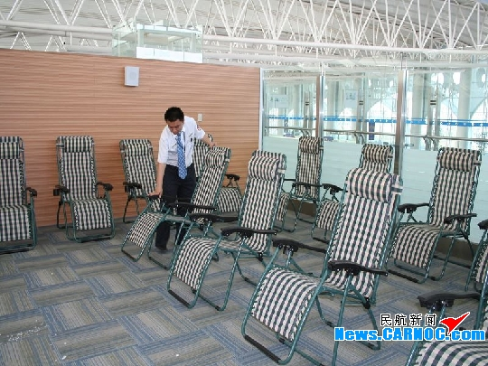 """日前,青岛流亭国际机场(简称""""青岛机场"""")可容纳300人的候机厅内滞留"""