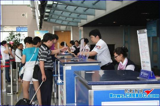 民航资源网2010年7月1日消息:2010年暑运期间(7月1-8月31日),青岛流亭国际机场(简称青岛机场)预计保障航班起降2.2万架次,同比增长10%;实现旅客吞吐量263万人次,同比增长20%;货邮吞吐量3万吨,同比增长30%。   服务方面,青岛机场将以服务质量提高月活动为契机,以打造精细化、人本化、精品化服务为目标,突出抓好安全运行、特色服务、应急处置等工作,采取三项工作措施打好2010年暑运的攻坚战:   一是严细实确保安全无缝隙运行。针对暑运特点,重点加强对现场安全运行的监督