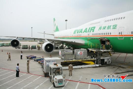 民航资源网2010年7月18日消息:7月16日,长荣航空股份有限公司(EVA Airways Corporation,简称长荣航空)由A330-200机型临时更换B747-400宽体客机执飞青岛台北往返航班,643名旅客和20多吨货物于当日安全抵离。自2008年12月26日开通台湾航线至今年六月份,青岛流亭国际机场(简称青岛机场)共保障台湾航班806架次,运送旅客11.