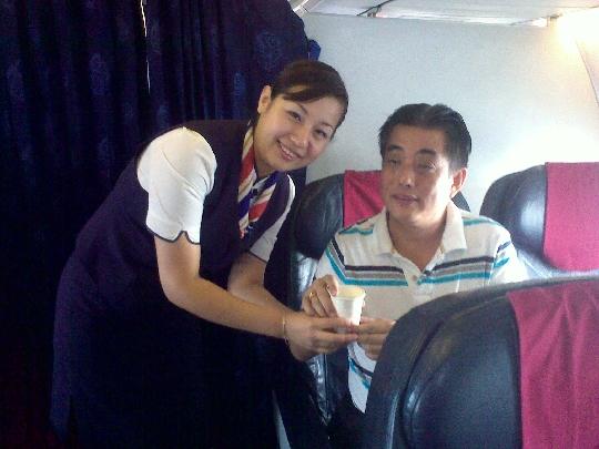 急救一年后重逢 旅客给东航河北空姐颁证书