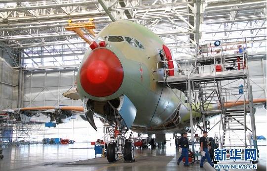 10月5日拍摄的照片显示,在位于法国图卢兹的中国南方航空股份有限公司(China Southern Airlines Company Limited,简称南航)空中客车A380总装线上完成主要机体结构总装的一架A380飞机。空中客车公司总部称,中国南方航空公司订购的首架空客A380飞机在位于法国图卢兹的A380总装线上已完成主要机体结构总装,即将进入飞行系统装配和测试阶段。   新华社记者李明摄