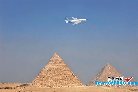 空客A380测试飞机于10日首次飞越埃及金字塔