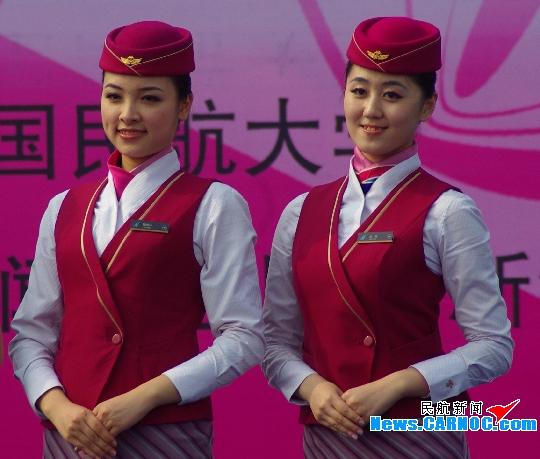 南航两位空姐双双获评 中国民航十佳空乘图片