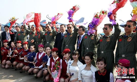 中国十佳空姐为八一飞行表演队空中英豪献花