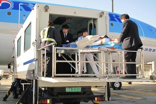 民航资源网2010年11月29日消息:11月22日12时40分,从韩国首尔至北京的大韩航空有限公司(Korean Air Lines Co. Ltd)KE855航班顺利抵达北京首都国际机场T2航站楼。为大韩航空提供地面代理服务的国航员工早已准备就绪,等候为该航班上一个因患肠癌来到北京就医的危重患者提供航空运输服务。考虑到担架旅客需要特殊的照顾,为了能够为其提供精心、细致、优质的服务,中国国际航空股份有限公司(Air China Limited,简称国航)地服外航服务岗位做好了充分准备,在接到进港担架