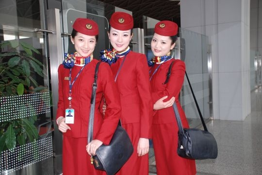 图1:参加拍摄的三位国航西南分公司空乘人员.摄影:李婕