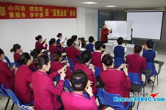 汕航空姐:勤学手语 服务2010广州亚残运会