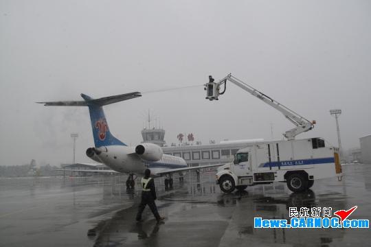 常德機場全力清積雪 保障春運航班正常飛行