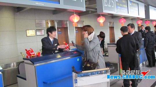 民航资源网2011年2月10日消息:自2月2日至2月8日,青岛流亭国际机场共安全保障航班起降近1750架次,完成旅客吞吐量16.7万人次,同比增长7.2%,实现了2011年春运工作的开门红。   春节期间,青岛机场可谓是特色服务纷呈:在候机楼内设立了以倾情奉献春运为主题的党团员先锋示范岗,由党团员、优秀骨干分子组成流动巡视岗,为旅客提供问询、引导服务;加大无人陪伴服务力度,积极为无人陪伴的儿童、老人提供全程帮助,节间共保障轮椅旅客30余人,无人陪伴旅客40人,其中儿童20余人;加强值机柜台前的引导服