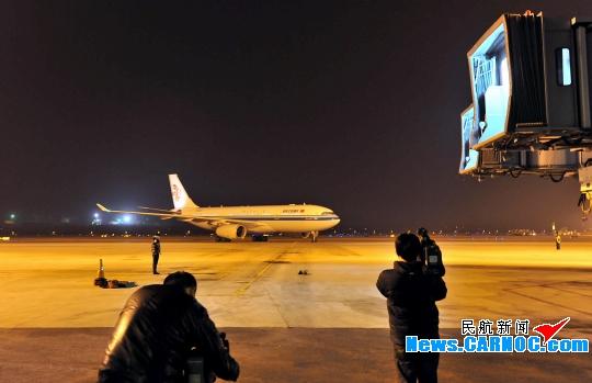 國航首架利比亞包機凌晨抵京 223名同胞回國