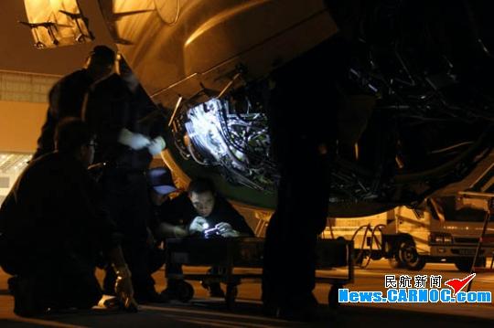 民航资源网2011年4月12日消息:2011年4月9号的晚上对于很多人来说只是很平常的一个夜晚,人们跟平常一样吃晚饭,看电视,睡觉。或许你会说:我记得,那晚好大的风!而这里要述说的就是那晚发生在天津滨海国际机场(简称天津机场)风中的平凡事。   4月9号的晚上八点,中国国际航空股份有限公司(Air China Limited,简称国航)工程技术分公司天津飞机维修基地的机库依然灯火通明,定检车间的机务人员像往常一样准时来到工作现场进行B-5447飞机的A检工作。着装、班前会、工作安排、信息反馈