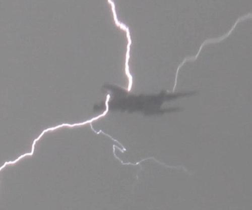 飞机遭雷击视频集锦:雷击到底可不可怕?