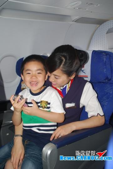 """陪飞行员爸爸、空姐妈妈""""六一""""一起快乐飞"""