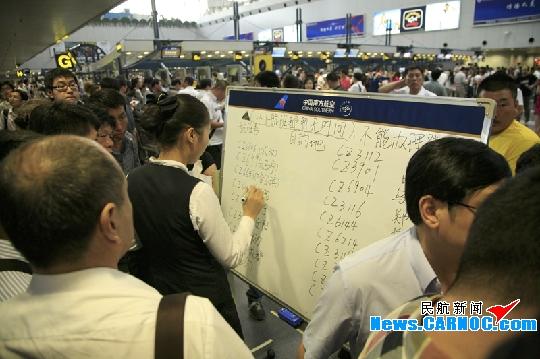 民航资源网2011年7月18日消息:受7月14日晚间北京雷雨天气影响,中国南方航空股份有限公司(China Southern Airlines Company Limited,简称南航)北京出港取消9班,原计划在北京过夜航班未能抵达北京,次日多班始发航班无法按时起飞,导致大面积延误。TOCC于14日晚间19:07启动预案,北京南航地面服务有限公司(简称北京南航地服公司)相继也启动了相应的预警。经过梳理后,航班现场压力已减轻,滞留旅客逐渐减少,现场秩序也好转。   前往沈阳的旅客请注意,您乘坐的