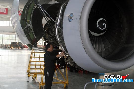 抢修中,由于飞机发动机风扇出口导向叶片之间的间距比较狭小,只
